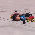 Niño hindú de seis años pasó patinando por debajo de 39 carros.