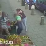 video de una mujer atacada por otra