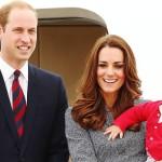 """Es un hecho, la familia real inglesa pronto le dará la bienvenida a otro miembro más. El príncipe William y Kate están esperando su segundo hijo. En un comunicado oficial de la realeza británica se anuncio: """"Sus altezas reales, el duque y la duquesa de Cambridge se complacen en anunciar que la duquesa de Cambridge está esperando su segundo hijo. La reina y los miembros de ambas familias están alegres con la noticia"""". El principe William de 32 años y la duquesa Kate también de 32, le dieron la bienvenida a su primer hijo, el príncipe George, el 22 de julio del año pasado cuando todo el mundo estuvo con los ojos puestos en el hospital St Mary de Londres para conocer al tercero en la línea en heredar la corona de Inglaterra. Pero al igual que con su primer hijo, Kate Middleton está sufriendo de hiperémesis gravídica o vómitos y náuseas agudas durante las etapa inicial de la gestación, lo que la llevó a cancelar su asistencia a un evento en Oxford y a hacer el anuncio de su embarazo un mes antes de lo previsto. Se rumora que Kate sólo tiene dos meses de embarazo. En el comunicado oficial de la realeza también se anunció que debido a los malestares de la duquesa, ella está siendo atendida en su hogar, El Palacio Kensington, por los médicos y ginecólogos privados de la familia real. Si las cosas van bien, el nacimiento del nuevo heredero se espera para el mes de abril del próximo año."""