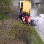 video de un auto de rally fuera de control