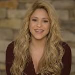 """Durante sus vacaciones de despedida de fin de año Shakira compartió un tierno video a través de su cuenta en Instagram, con el que le deseo a todos sus fans un feliz año 2015. Con la barriguita bien grande y muy abrigada para soportar las bajas temperaturas, Shakira estaba sentada en un trineo en el que se deslizó en la nieve mientras su pareja Gerard Piqué y el pequeño Milan la observan sonrientes. El hijo de Shakira no aguantó la emoción y se lanzó corriendo sobre su mamá para abrazarla. Definitivamente Milan se merece el título del niño más adorable del mundo de la farándula. La cantante barranquillera compartió el video familiar acompañado de un mensaje de fin de año diciendo: """"Despido el año practicando deportes de riesgo! :) Les deseo un muy feliz 2015 a todos!!! Shak"""". Durante el mes de diciembre, Shakira compartió una foto del pesebre que su familia elaboró para la navidad con el texto: """"Nuestro pesebre"""". Se nota que la foto fue tomada en la casa Shakira ya que en el fondo pueden verse los 10 premios Grammy que la cantante ha recibido en el transcurso de su carrera."""
