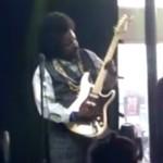 Afroman golpea en pleno concierto a una mujer