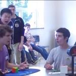 joven más rápido del mundo armando un cubo de Rubik collin burns