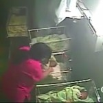 enfermera golpea a una bebé