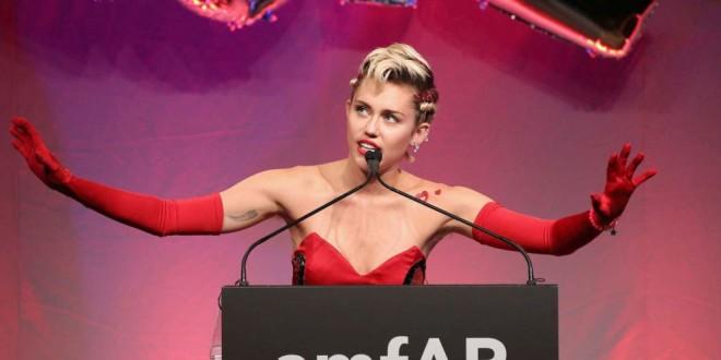 El escandaloso desnudo de Miley Cyrus junto a su novia levanta ampolla en internet