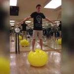 mantener el equilibrio sobre un balón de caucho