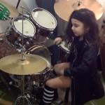 niña de cinco años que toca la batería