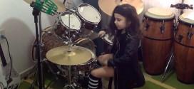 Video: esta es la sensacional niña de cinco años que toca la batería en una banda de metal