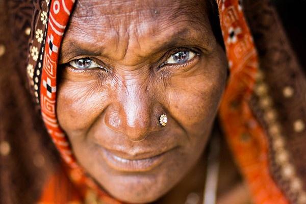 Las miradas más impactantes llegan de todos los lugares del planeta. La dueña de estos ojos vive en India