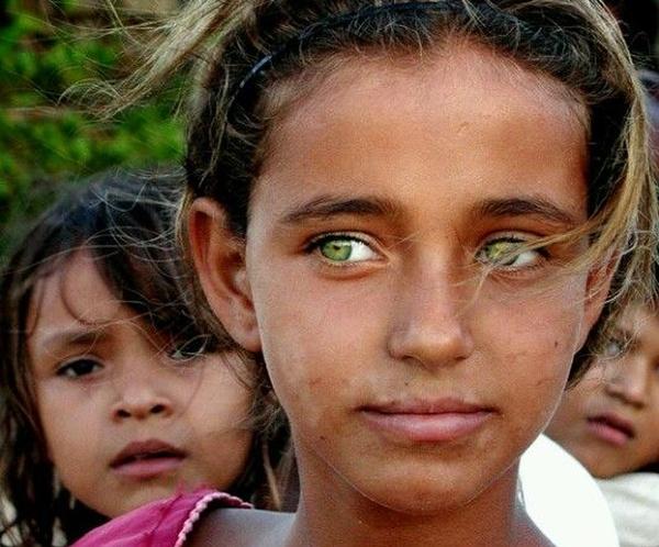 Estos excepcionales ojos verdes son como joyas enmarcadas en la piel trigueña de esta linda niña