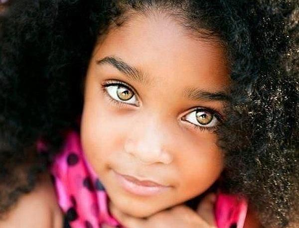 Divinos ojos color miel que cuentan una historia de complicidad con sus rizos