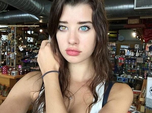 Sarah McDaniel, la modelo que conquista al mundo con el contraste de sus ojos bicolores.