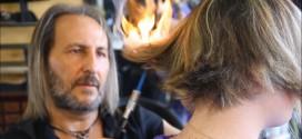 Video: conoce al peluquero que usa fuego, espadas samurái y garras para cortar el cabello