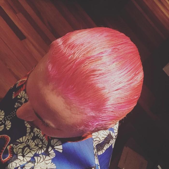 pelo rosado de J Balvin
