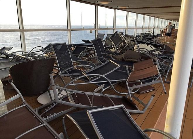 crucero azotado por una tormenta