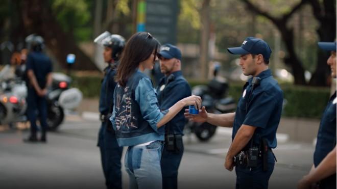 comercial de Pepsi con Kendall Jenner