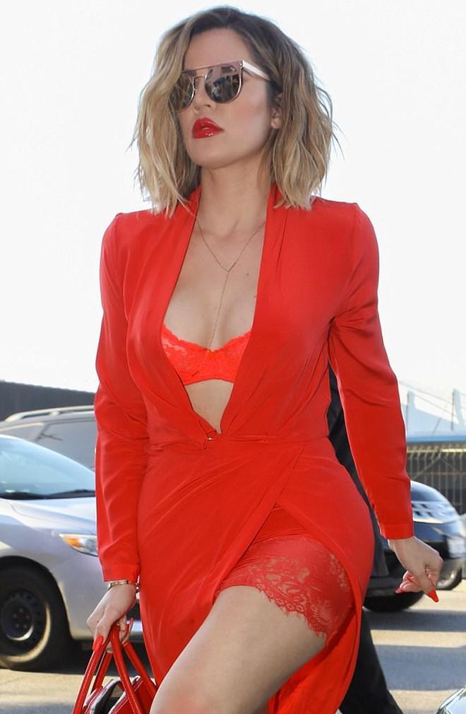 Khloe kardashian en ropa interior roja caus furor en los for Ropa interior roja