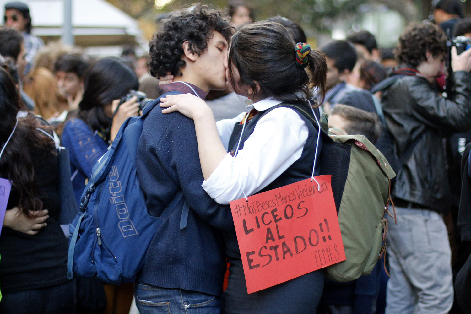 epa04785320 A couple of Chilean student kissing during 'Besaton por la educacion' (Kisses for education) in Santiago de Chile, Chile, 05 June 2015. Dozens of students took part in the demonstration to protest against police repression. EPA/SEBASTIAN SILVA